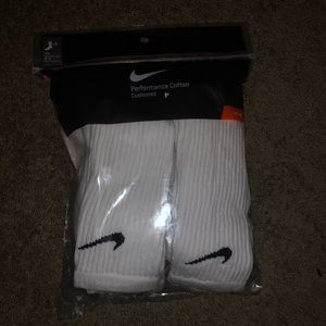 White nike socks (NEW + NEVER WORN)
